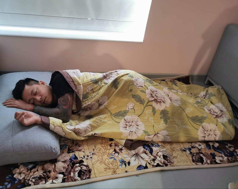Quạt tay cho vợ con ngủ lúc mất điện, Tuấn Hưng được dân mạng phong ông chồng của năm-3