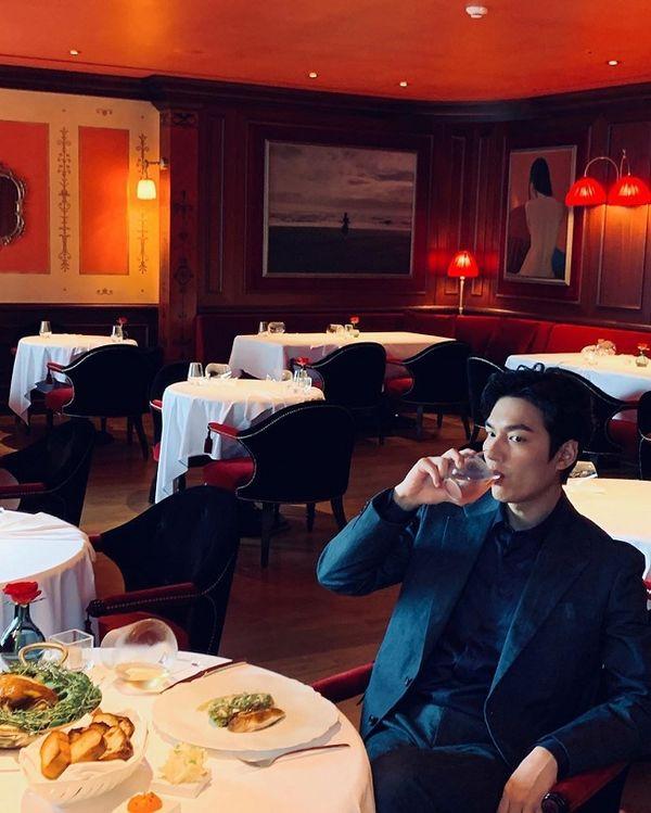Hậu giảm cân, Lee Min Ho thả thính fan với áo sơ mi trắng đậm chất soái ca-3