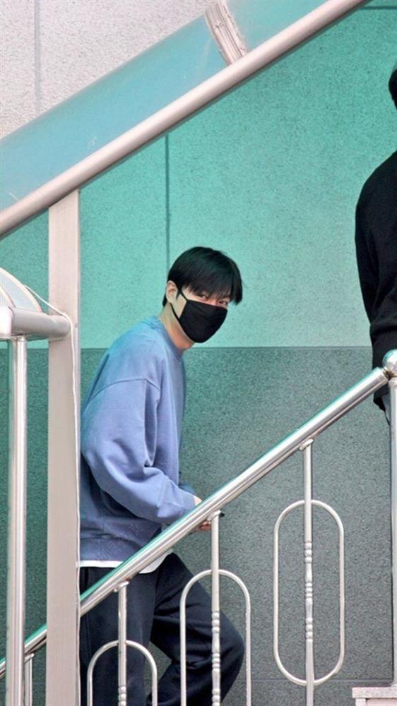 Hậu giảm cân, Lee Min Ho thả thính fan với áo sơ mi trắng đậm chất soái ca-4
