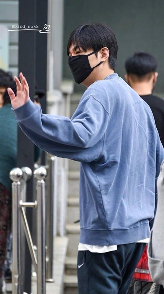 Hậu giảm cân, Lee Min Ho thả thính fan với áo sơ mi trắng đậm chất soái ca-5