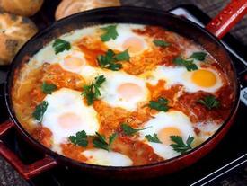 Nâng tầm trứng chần với sốt cà chua thơm ngon