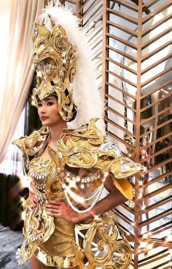 Hoàng Thùy lộ ảnh mặc trang phục dân tộc thi Miss Universe 2019 nhưng hình như có gì đó sai sai?-1