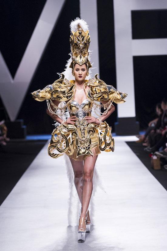 Hoàng Thùy lộ ảnh mặc trang phục dân tộc thi Miss Universe 2019 nhưng hình như có gì đó sai sai?-4