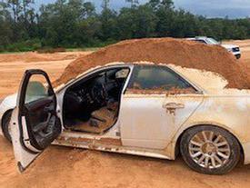 Bị từ chối tình cảm, nam thanh niên đổ đầy đất vào ô tô bạn gái