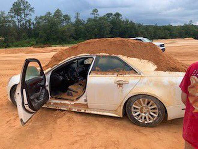 Bị từ chối tình cảm, nam thanh niên đổ đầy đất vào ô tô bạn gái-1