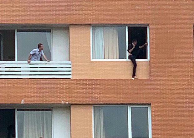 Giải cứu du khách người Pháp định nhảy lầu khách sạn tự tử-2