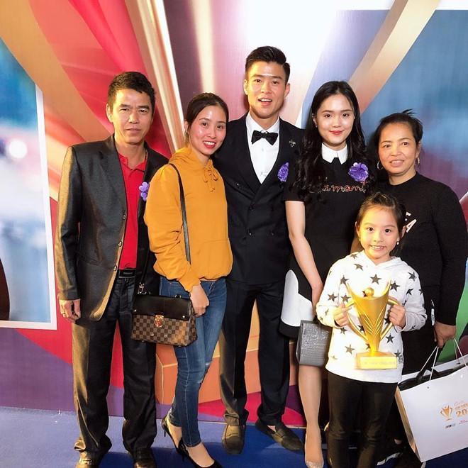 Bạn gái Lâm Tây và loạt WAGs Việt thân thiết với gia đình người yêu-6