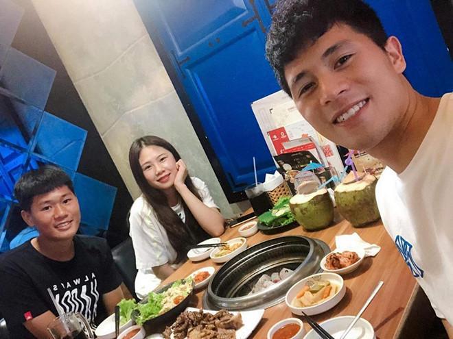 Bạn gái Lâm Tây và loạt WAGs Việt thân thiết với gia đình người yêu-7