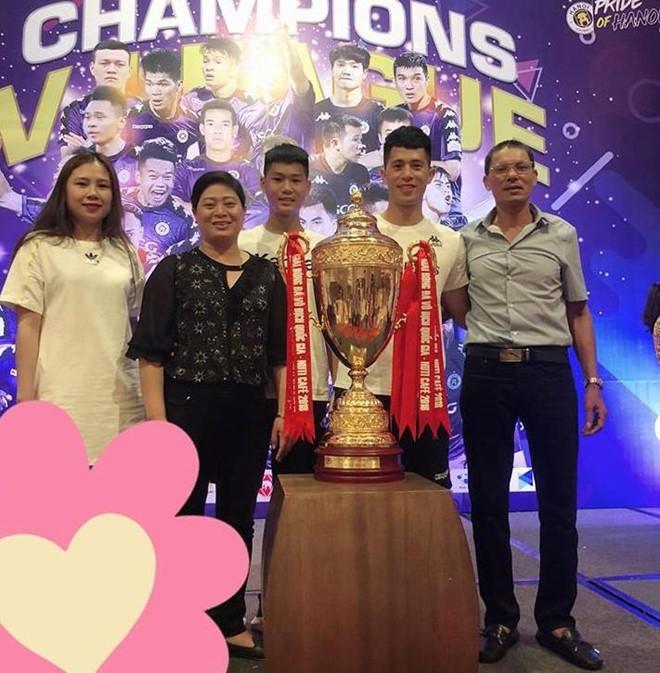 Bạn gái Lâm Tây và loạt WAGs Việt thân thiết với gia đình người yêu-8