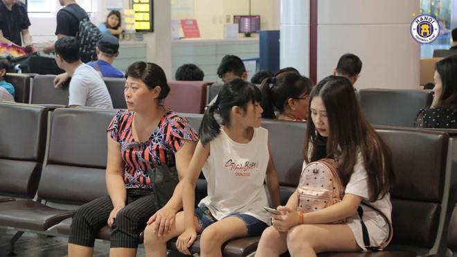 Bạn gái Lâm Tây và loạt WAGs Việt thân thiết với gia đình người yêu-9