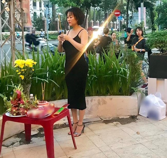 Phi Thanh Vân lần đầu lên tiếng vì bị chê mặc váy trễ khoe vòng 1 đi cúng Tổ nghề-1
