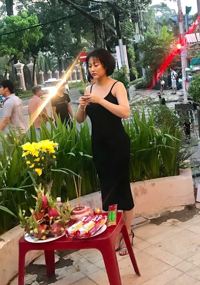 Phi Thanh Vân lần đầu lên tiếng vì bị chê mặc váy trễ khoe vòng 1 đi cúng Tổ nghề-2