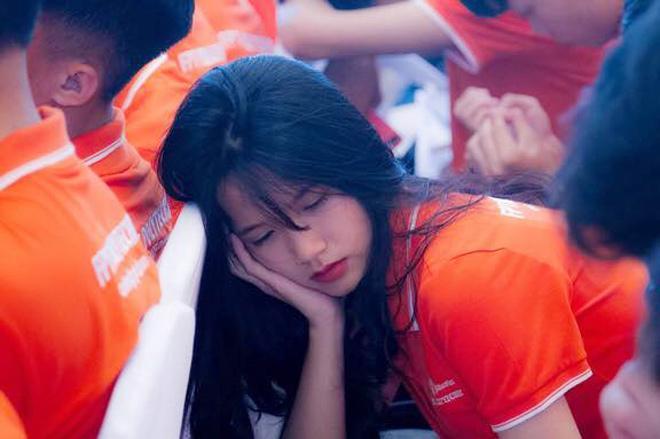 Ngủ gật trong lễ khai giảng, nữ sinh khiến dân mạng truy tìm vì quá xinh-1