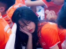 Ngủ gật trong lễ khai giảng, nữ sinh khiến dân mạng 'truy tìm' vì quá xinh