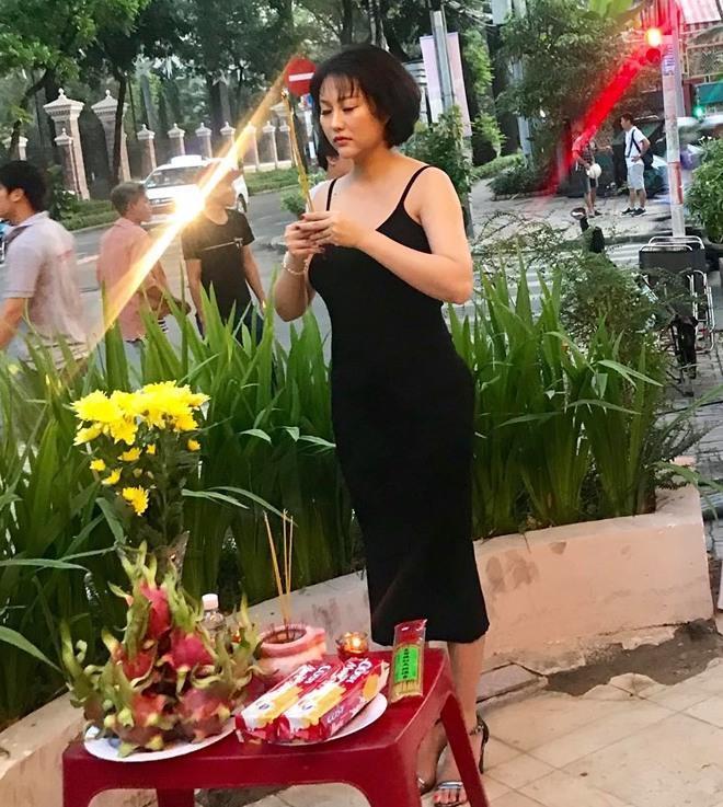 Mai Phương Thúy và sao Việt bị chê mặc phản cảm khi cúng Tổ nghề-1