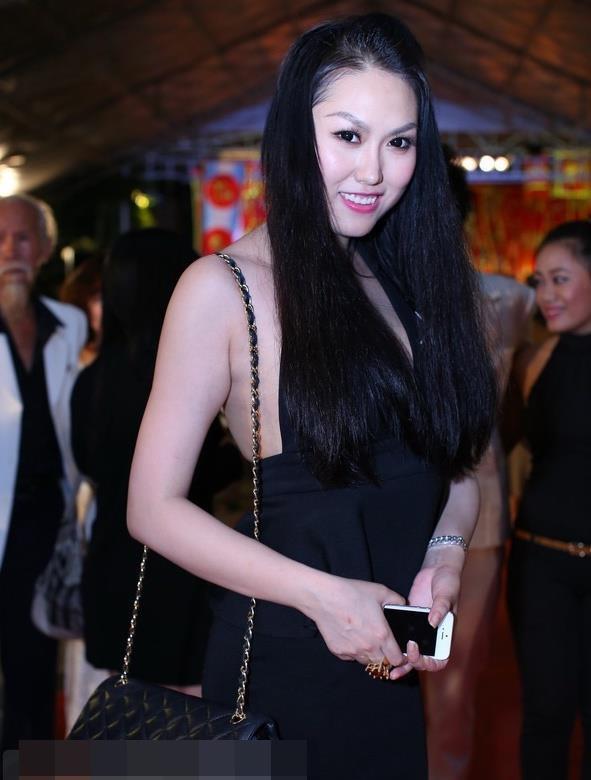 Mai Phương Thúy và sao Việt bị chê mặc phản cảm khi cúng Tổ nghề-2