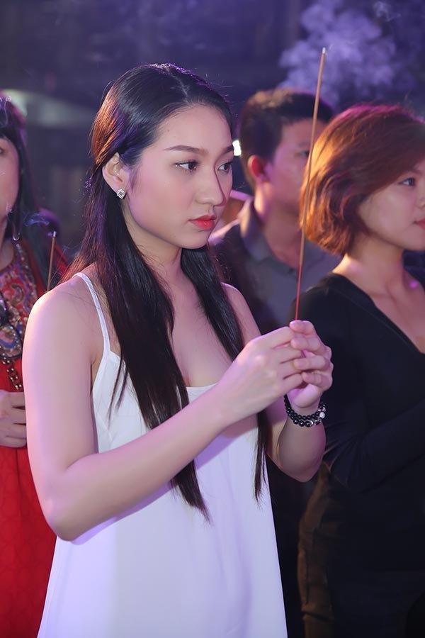 Mai Phương Thúy và sao Việt bị chê mặc phản cảm khi cúng Tổ nghề-6