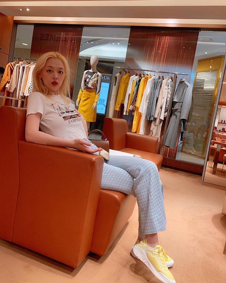 Công chúa thị phi Sulli khoe vẻ đẹp không tì vết với mái tóc vàng-1