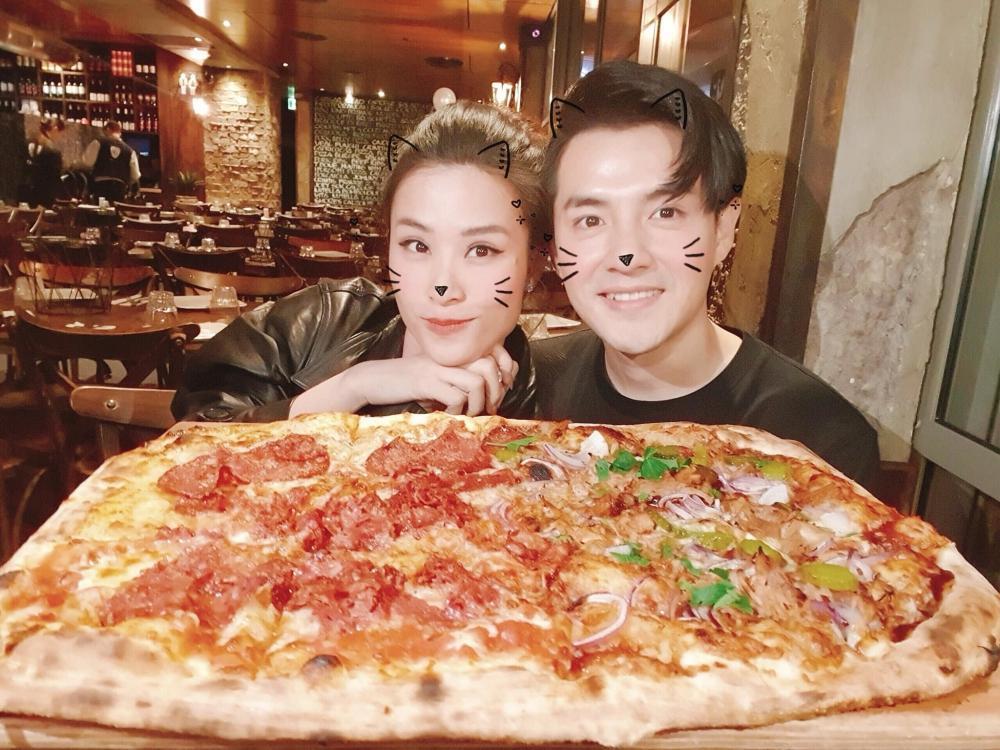 Đông Nhi quên lời bài hát, fan đổ do ăn pizza siêu to khổng lồ-5