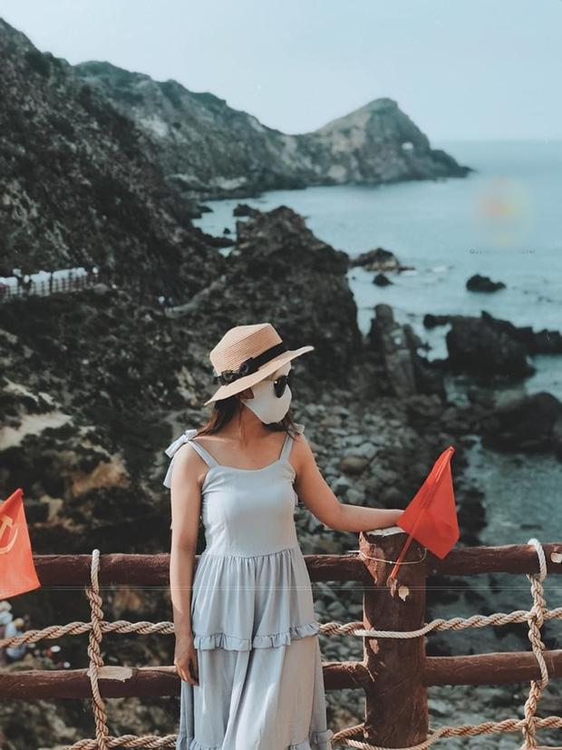 Bí kíp du lịch hè mà sợ cháy nắng: Cứ tự tin bịt khẩu trang kín mít như ninja mà check-in không trượt ảnh nào!-14