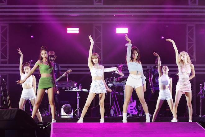 Jennie lại mặc lấn át các thành viên còn lại của BlackPink nhưng lộ hàng liên tục vì lỗi của stylist?-2