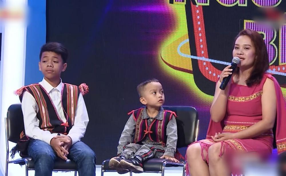 Trấn Thành - Việt Hương rơi nước mắt trước cô gái trẻ bất chấp lệ làng cứu hai đứa bé suýt bị chôn sống-1