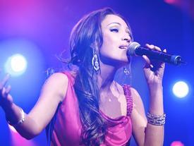 Nghe Thanh Hà hát live nhạc phim 'Cua lại vợ bầu' quá cảm xúc, khán giả tán thưởng hết lời: 'huyền thoại là đây'