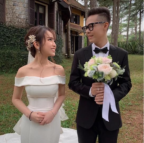 Con gái Minh Nhựa mặc váy cưới đuôi cá gợi cảm với sneaker, khoe hình xăm cực kỳ cá tính-8