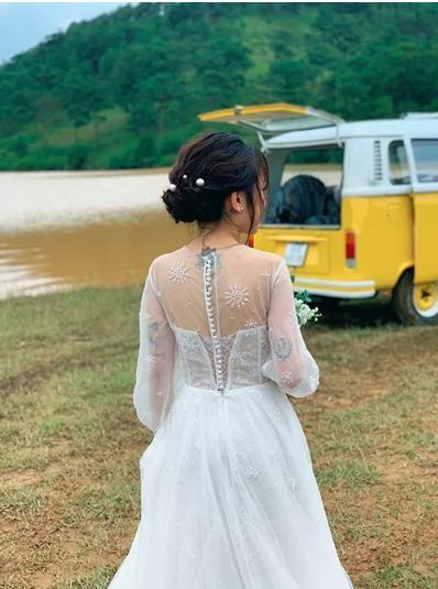 Con gái Minh Nhựa mặc váy cưới đuôi cá gợi cảm với sneaker, khoe hình xăm cực kỳ cá tính-9