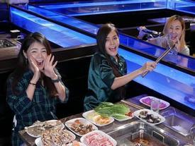 Trải nghiệm 'câu' hải sản tại bàn hút khách ở nhà hàng Singapore