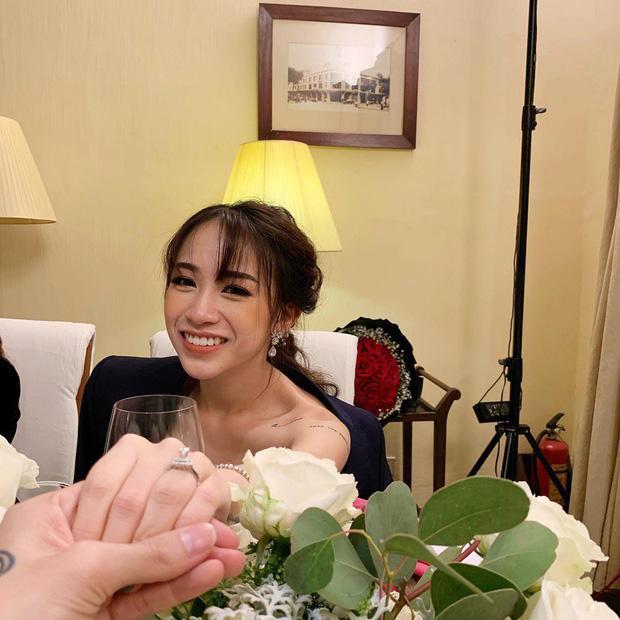 Khoe cận chiếc nhẫn kim cương bạn trai cầu hôn, con gái Minh Nhựa hứa hẹn một đám cưới khủng sắp diễn ra-2