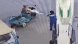 Clip: Sợ hỏa hoạn xảy ra, nhân viên lấy bình cứu hỏa xịt vào người đàn ông hút thuốc ở cây xăng