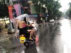 Cởi trần dạo phố Hà Nội ngày mưa, cô gái trẻ gây sốc người đi đường với kiểu thời trang kinh hãi