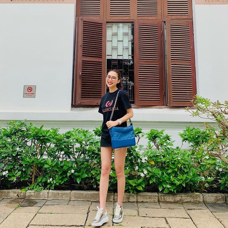 Linh Ka khoe street style như không mặc quần - Nhật Lê lăng-xê quần shorts 5 phân-9