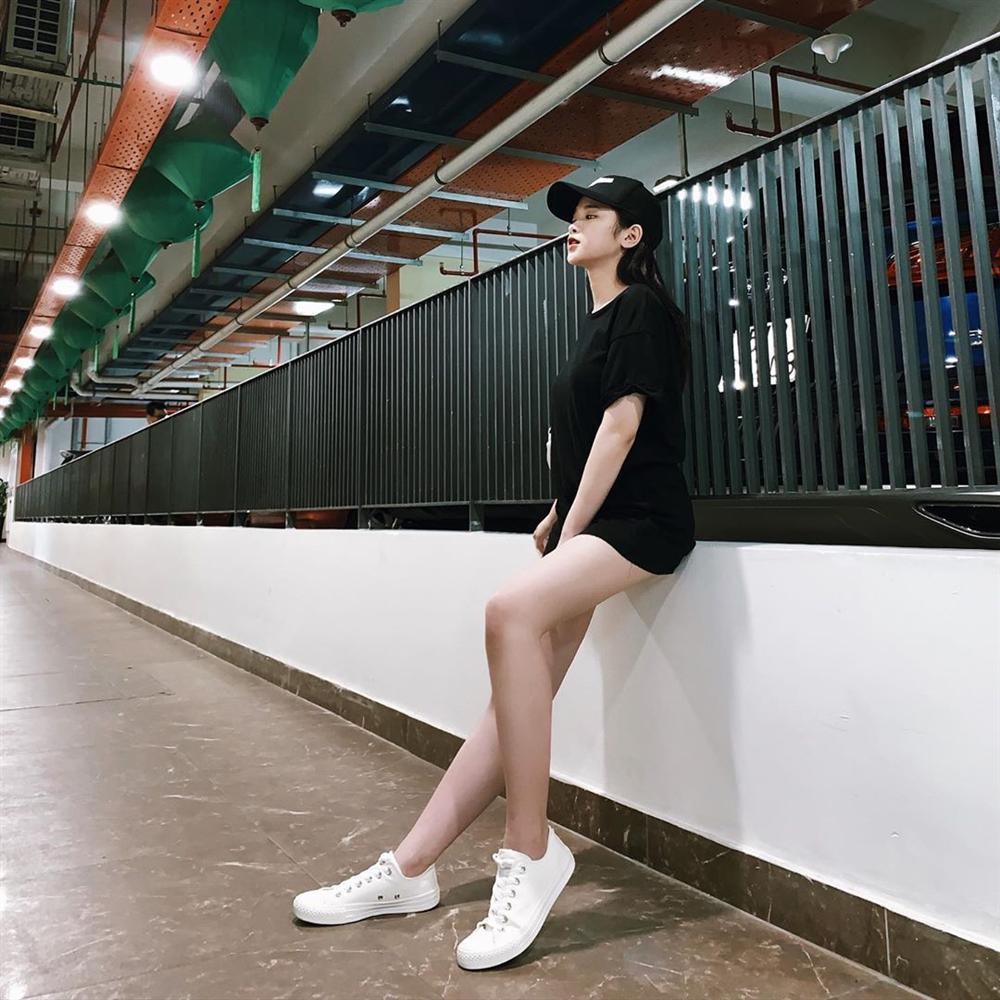 Linh Ka khoe street style như không mặc quần - Nhật Lê lăng-xê quần shorts 5 phân-1