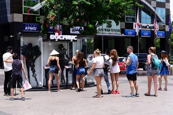 'Độc phục' - thời trang từ bụi hút du khách trên phố đi bộ-1