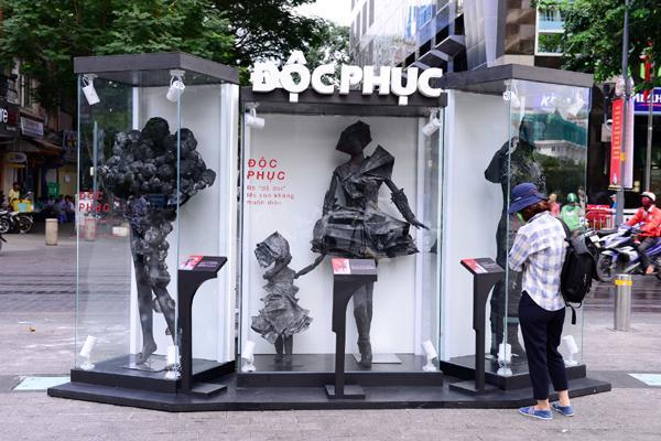 'Độc phục' - thời trang từ bụi hút du khách trên phố đi bộ-2