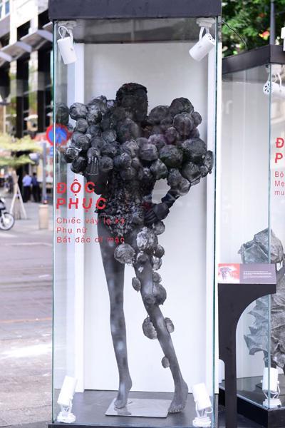 'Độc phục' - thời trang từ bụi hút du khách trên phố đi bộ-4