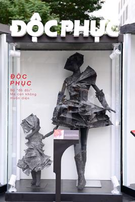 'Độc phục' - thời trang từ bụi hút du khách trên phố đi bộ-5