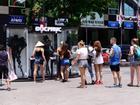 'Độc phục' - thời trang từ bụi hút du khách trên phố đi bộ