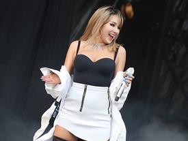 CL khoe thân hình nóng bỏng trên sân khấu