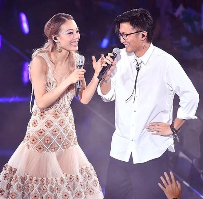 Dung Tổ Nhi chứng tỏ quyền lực, mời nửa showbiz Hong Kong dự show-7