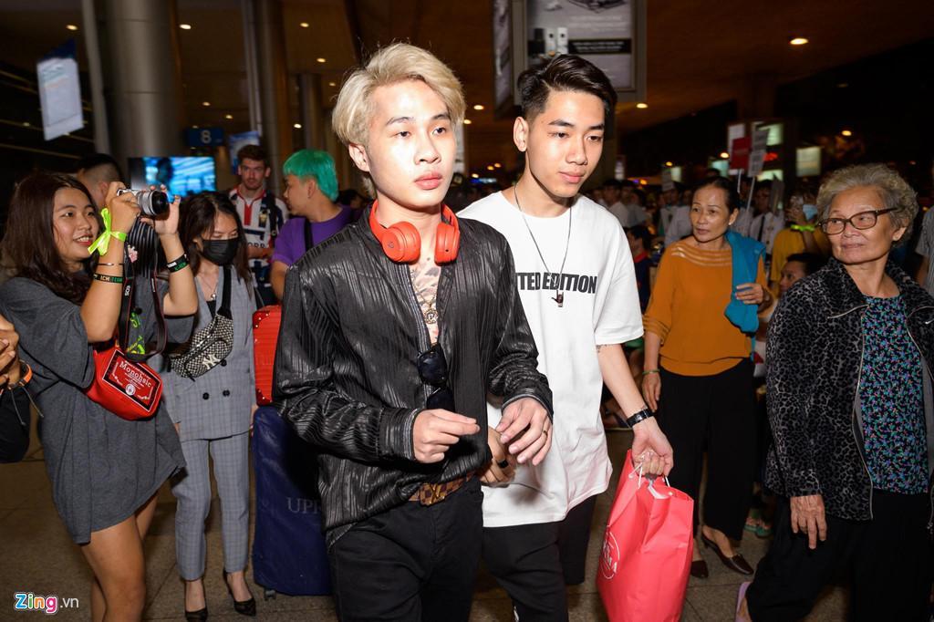 Hàng trăm người hâm mộ vây kín Jack, K-ICM ở sân bay lúc đêm muộn-1