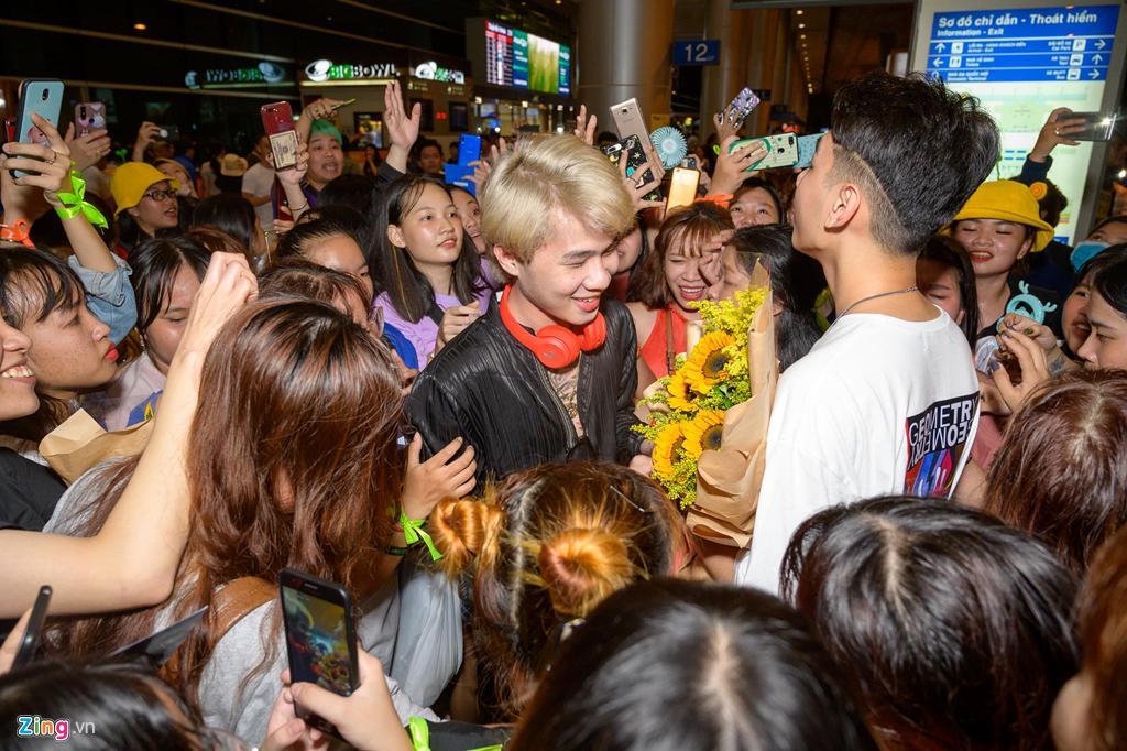 Hàng trăm người hâm mộ vây kín Jack, K-ICM ở sân bay lúc đêm muộn-3