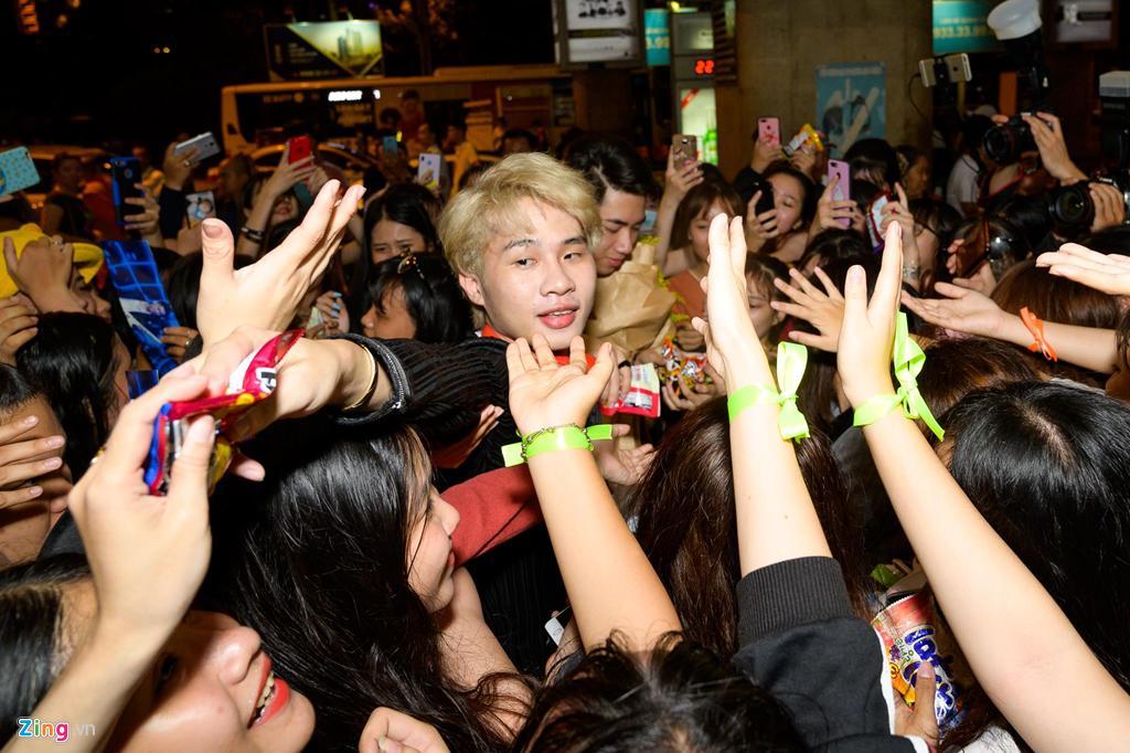 Hàng trăm người hâm mộ vây kín Jack, K-ICM ở sân bay lúc đêm muộn-2