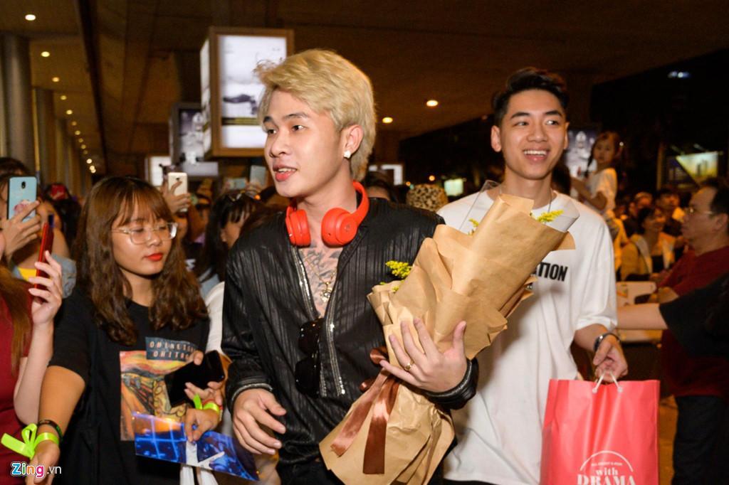 Hàng trăm người hâm mộ vây kín Jack, K-ICM ở sân bay lúc đêm muộn-7