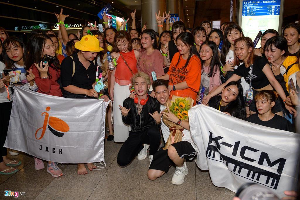 Hàng trăm người hâm mộ vây kín Jack, K-ICM ở sân bay lúc đêm muộn-10