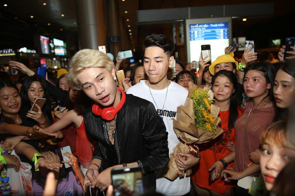 Hàng trăm người hâm mộ vây kín Jack, K-ICM ở sân bay lúc đêm muộn-4