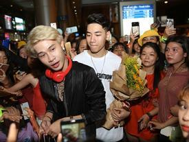 Hàng trăm người hâm mộ vây kín Jack, K-ICM ở sân bay lúc đêm muộn