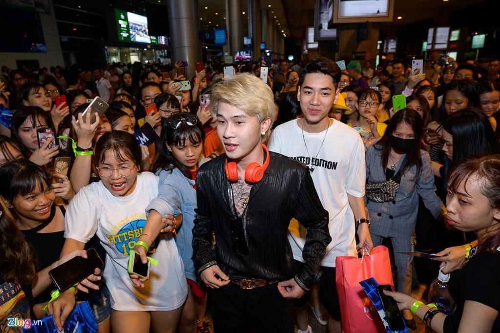 Hàng trăm người hâm mộ vây kín Jack, K-ICM ở sân bay lúc đêm muộn-6